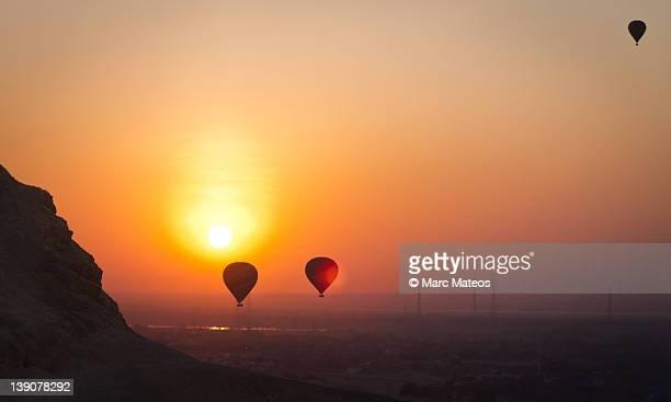 balloon sunrising in luxor - marc mateos fotografías e imágenes de stock