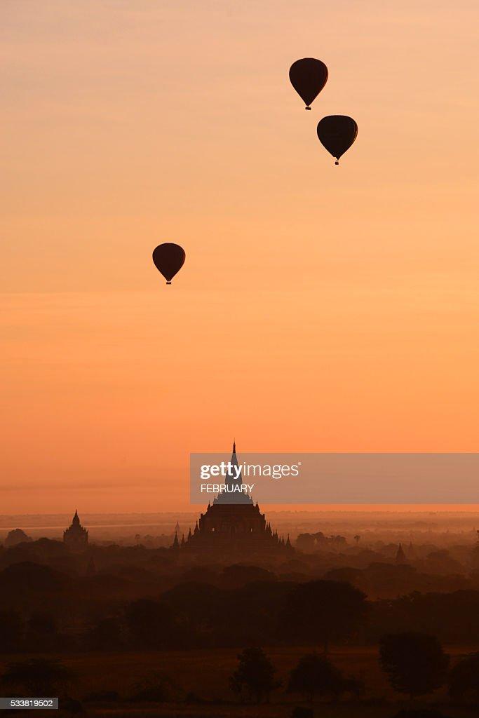 Balloons flying over Bagan, Myanmar : Foto stock