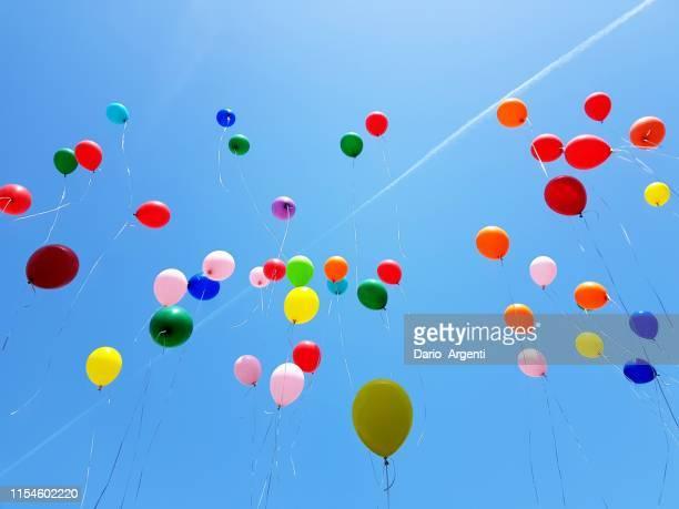 balloons - rilasciare foto e immagini stock