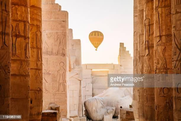 ballonnen gaan naar de hemel bij zonsopgang boven de ramesseum-tempel - egypte stockfoto's en -beelden