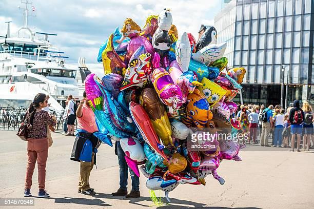 Ballons Lieferanten zu sprechen, um Menschen in Oslo Straße