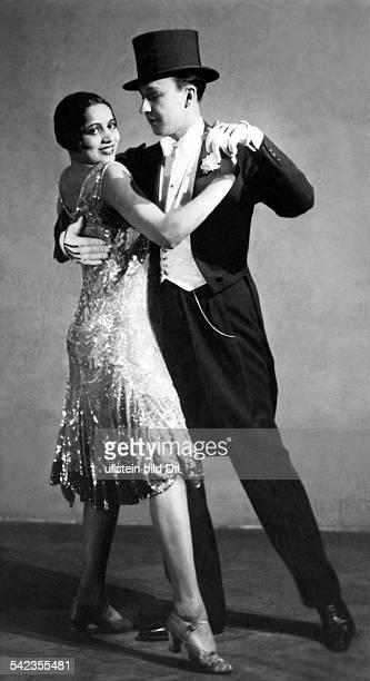 Ballroom dancing Charleston dancers: he is wearing tails and a topper, she is wearing a charleston dress - 1927 - Vintage property of ullstein bild