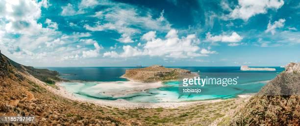 playa de balos y isla paradisíaca en creta, grecia - creta fotografías e imágenes de stock