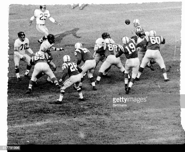 Baltimore Colts' Quarterback Johnny Unitas tosses a pass to End Jim Mutscheller for a first down on the Giants 25 yard line in the second quarter of...