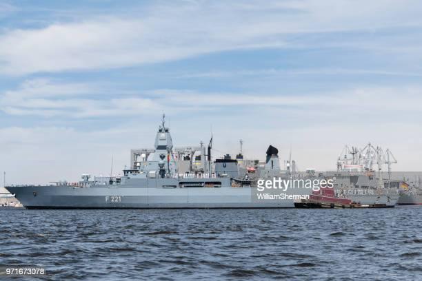 ボルティモア インナー ハーバーは、ボルチモアのタグボートに護衛されたドイツのフリゲート hessen (f221) - 軍艦 ストックフォトと画像