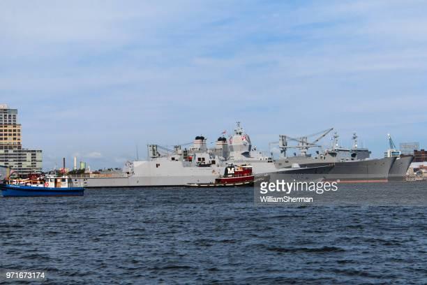 Baltimore Inner Harbor, frégate norvégienne, escortée par un remorqueur