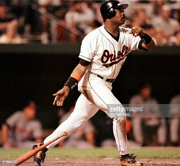 Baltimore Orioles Eddie Murray watches as his 500th career home run clears the fence at Camden Yards at Oriole Park off Detroit Tigers starting...