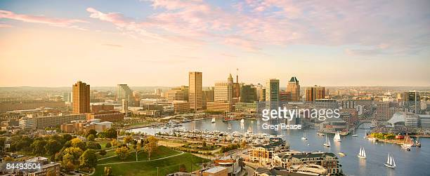 baltimore skyline and inner harbor with sail boats - baltimore maryland - fotografias e filmes do acervo