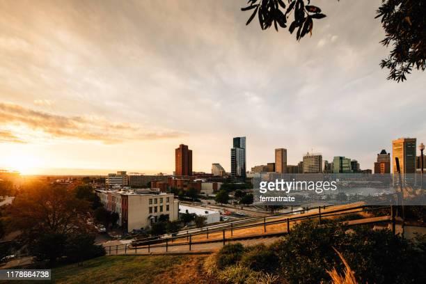 ボルチモア スカイライン アット 夕暮れ - メリーランド州 ボルチモア ストックフォトと画像