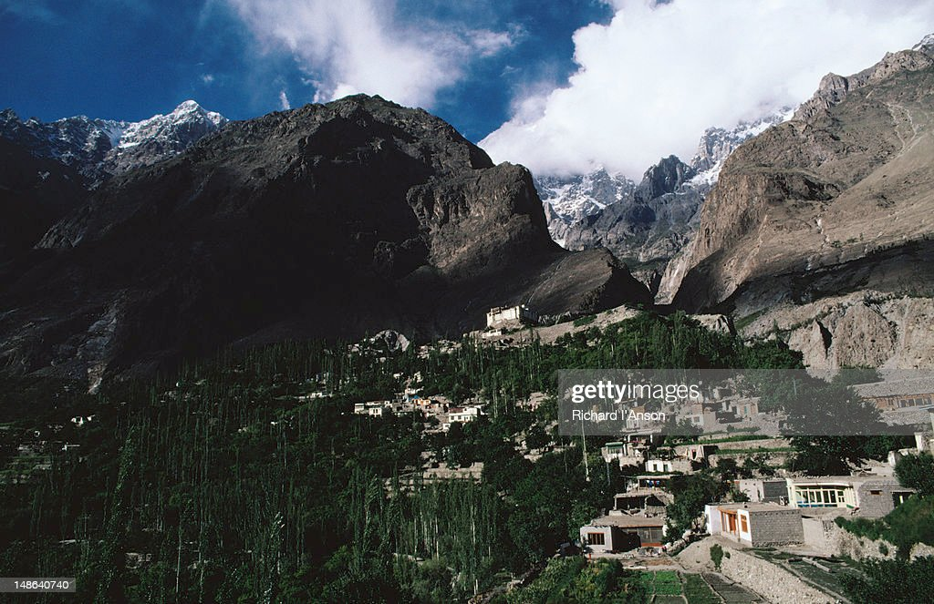 Baltit Fort sits on a ridge above the village of Karimabad in the Hunza Valley : Foto de stock