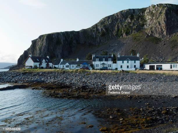 balvicar village in balvicar bay, scotland - hebriden inselgruppe stock-fotos und bilder