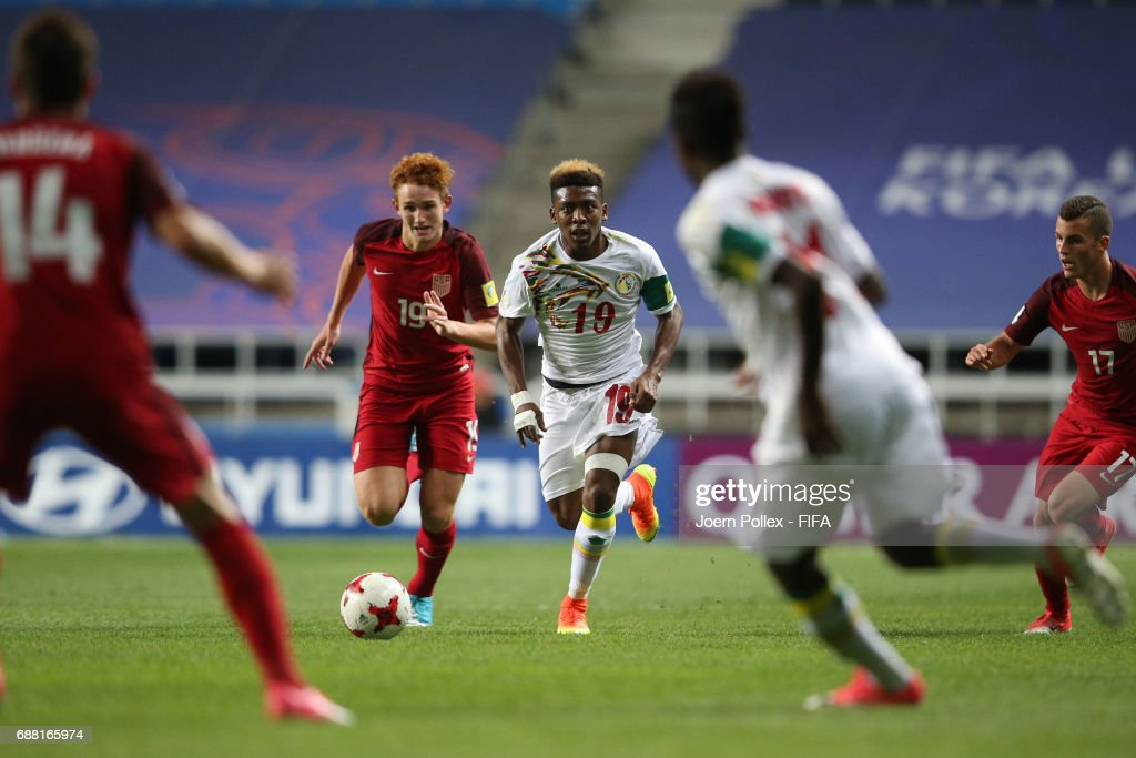 Bamba Kane of Senegal and Joshua Sargent of USA compete for the ball during the FIFA U-20 World Cup Korea Republic 2017 group F match between Senegal and USA at Incheon Munhak Stadium on May 25, 2017 in Incheon, South Korea.