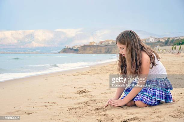 bambina che gioca - girls in plaid skirts stock photos and pictures