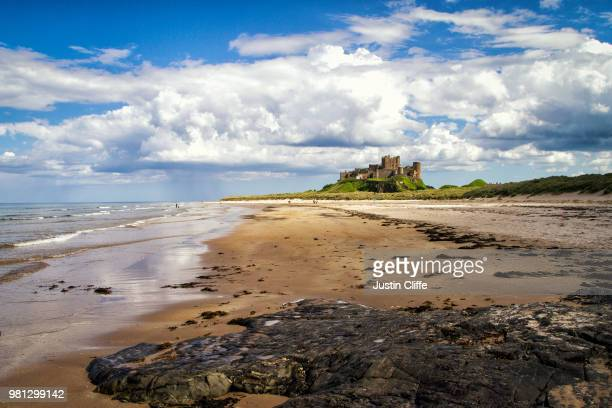 bamburgh castle, northumberland - justin cliffe stock pictures, royalty-free photos & images