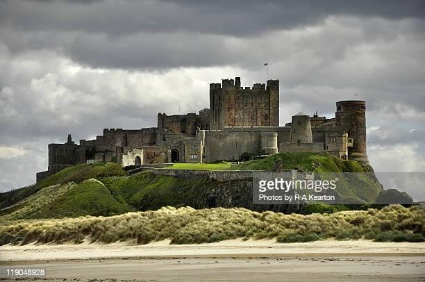 bamburgh castle - castle stock-fotos und bilder