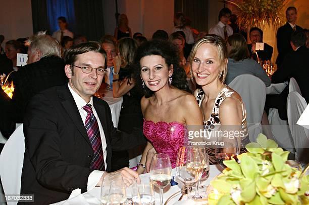 Bams Chefredakteur Claus Strunz Und Ehefrau Bei Der Verleihung Der Goldenen Feder In Der Handelskammer In Hamburg Am 110506