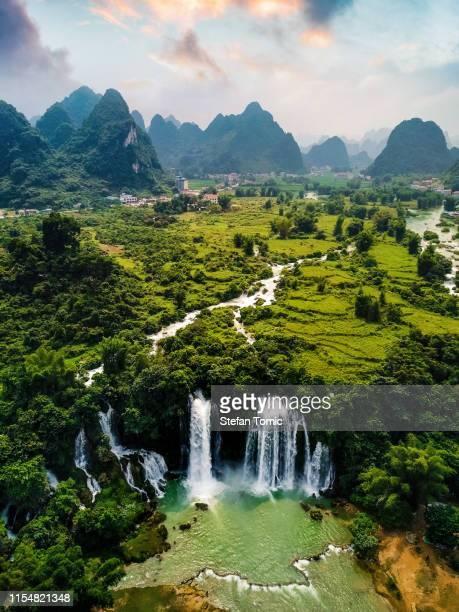 ban gioc detian waterfall an der grenze von china und vietnam - vietnam stock-fotos und bilder