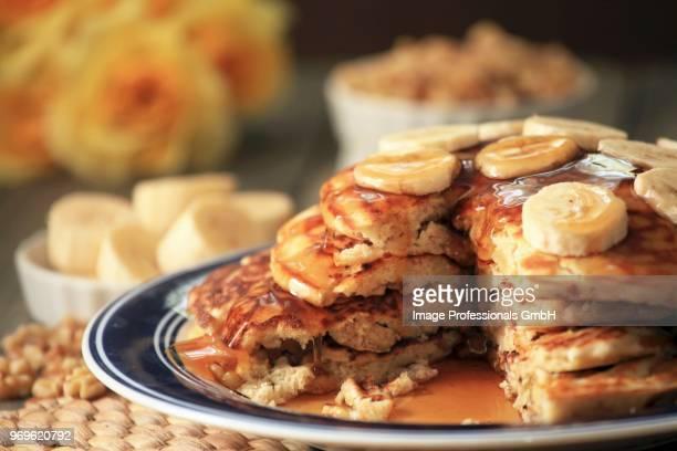 banana and walnut pancakes - kahn stock-fotos und bilder