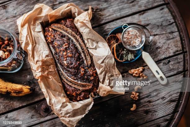 de hemel van het de brood van de banaan met walnoten - banana loaf stockfoto's en -beelden