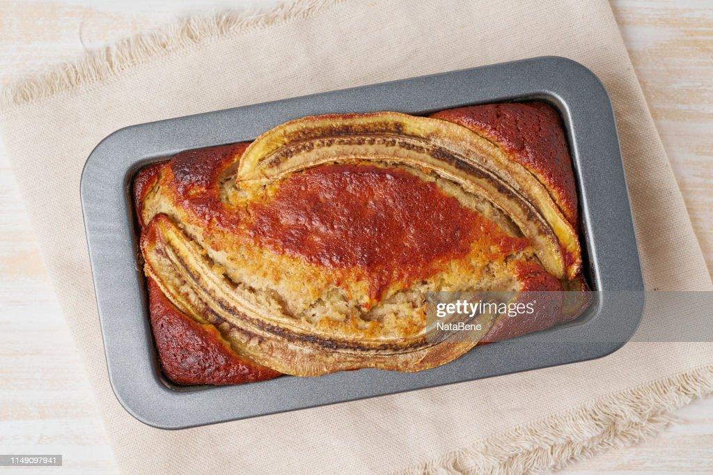 Pain de banane dans une casserole. Gâteau avec banane, chocolat, noyer. Cuisine américaine traditionnelle : Photo