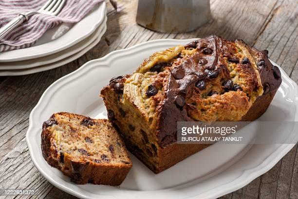 banana bread with chocolate chips - banana loaf stockfoto's en -beelden