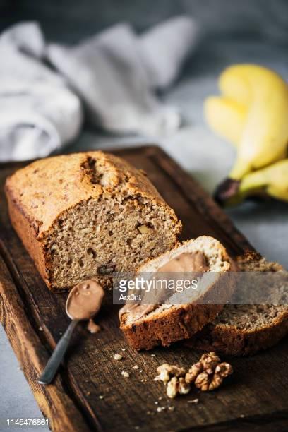 banana bread with chocolate hazelnut spread - banana loaf stockfoto's en -beelden