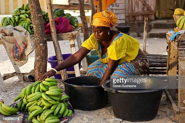 banana merchant - senegal fotografías e imágenes de stock