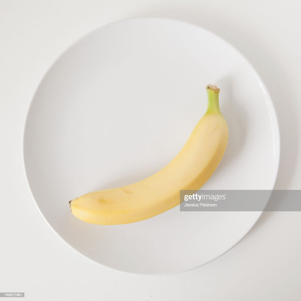Banana on plate, studio shot : ストックフォト