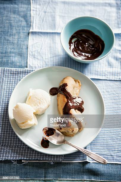 banana split with chocolate sauce and vanilla ice cream - バナナスプリット ストックフォトと画像
