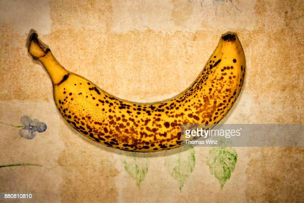 banana with brown spots - maduro fotografías e imágenes de stock