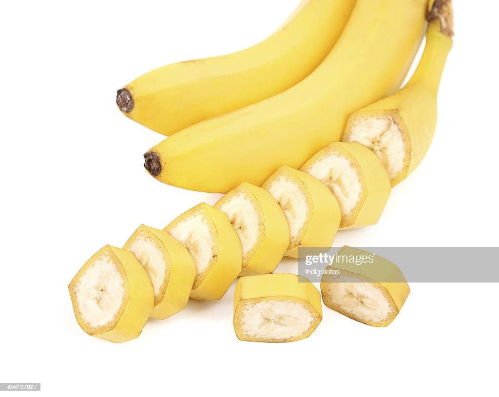 bananas e fatias isoladas sobre um fundo branco : Foto de stock