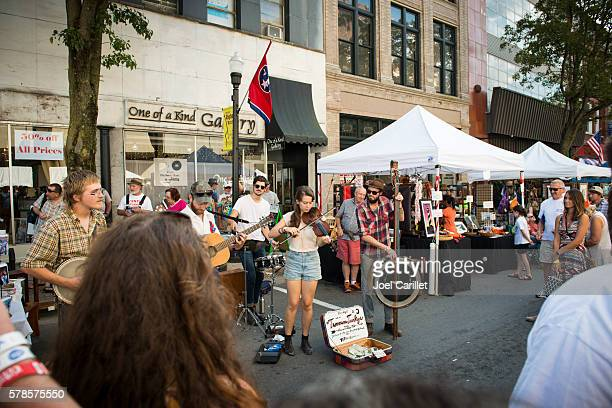 band busking on state street in bristol, tennessee/virginia - chicago musical stock pictures, royalty-free photos & images