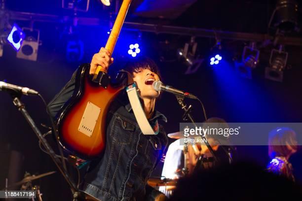 バンドはステージで演奏しています。 - ギタリスト ストックフォトと画像