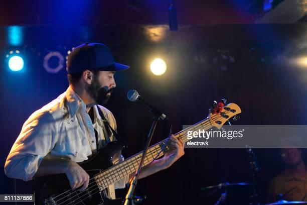 バンド性能 - シンガーソングライター ストックフォトと画像