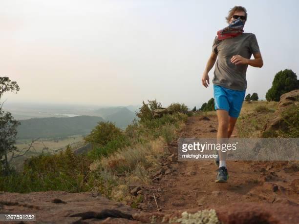 バンダナマスクマントレイルは、スモーキーマシューズウィンターズとレッドロックスパークコロラドロッキー山脈を実行します - コロラド州ジェファーソン郡 ストックフォトと画像
