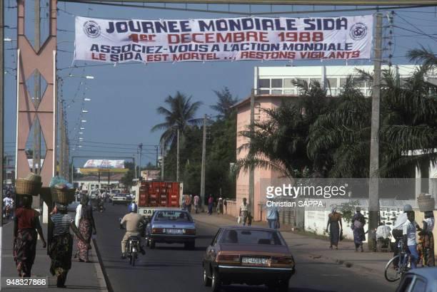 Banderole annoncant la journée mondiale contre la maladie du sida dans une rue de Lomé au Togo en décembre 1988