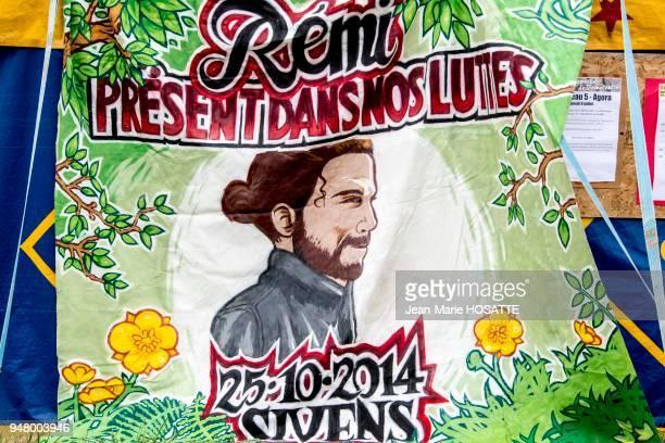 Banderole avec le portrait de Remi Fraisse militant zadiste tué sur le site du barrage de Sivens devenu un symbole 9 juillet 2016 NotreDamedesLandes...
