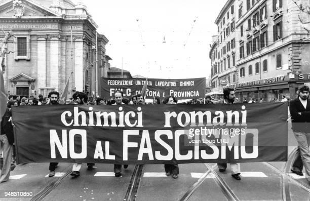 Banderole contre le fascisme lors du défilé 1er Mai 1976 à Rome Italie