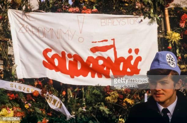 Banderole du syndicat Solidarnosc lors des obsèques du père Jerzy Popieluszko le 3 novembre 1984 à Varsovie Pologne
