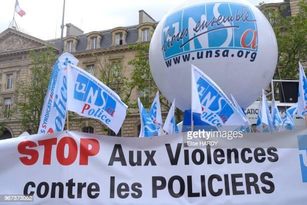 Banderole et drapeaux lors de la manifestation des policiers contre la haine 'anti flics' le 18 mai 2016 Place de la République Paris France