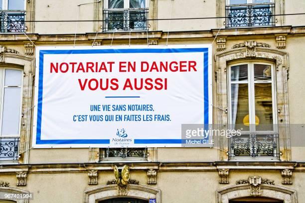 Banderole 'Notariat en danger' sur une façade d'un immeuble le 20 janvier 20145 Le Mans Sarthe France