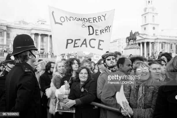 Banderole pour la paix en Irlande du Nord lors de la marche de la Paix le 27 novembre 1976 à Londres RoyaumeUni
