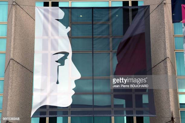 Banderole représentant 'Marianne en larmes' suspendue sur le batiment du Conseil Régional d'Aquitaine en résonnance aux attentats parisiens le 18...