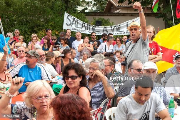 Banderole 'Salaire à vie' militants dont un brandit le point le en l'airl ors du meeting de rentrée de JeanLuc Mélenchon candidat à la présidentielle...