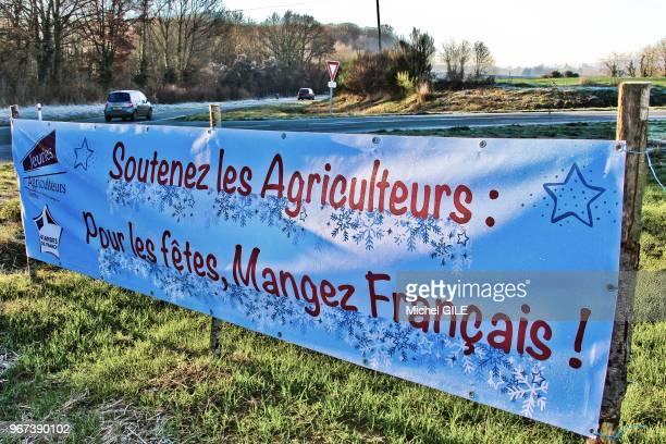 Banderole 'Soutenez les agriculteurs pour les fetes Mangez Francais' sur le bord d'une route action des Jeunes Agriculteurs de la Sarthe le 28...
