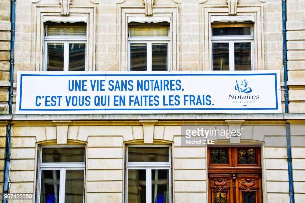Banderole 'Une vie sans notaires c'est vous qui en faites les frais' sur une façade d'un immeuble le 20 janvier 20145 Le Mans Sarthe France