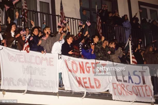 Banderoles et drapeaux américains dans la foule à l'arrivée de l'exotage américain Terry Anderson le 5 décembre 1991 à Wiesbaden Allemagne