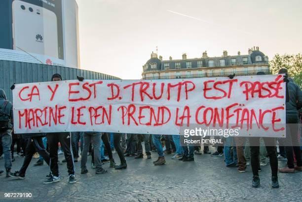 Banderolle 'ça y est D Trump est passé Marine Le Pen prend la confiance'l ors des incidents qui ont éclaté lors de la soirée du premier tour des...