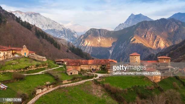 bandujo medieval town - asturien stock-fotos und bilder