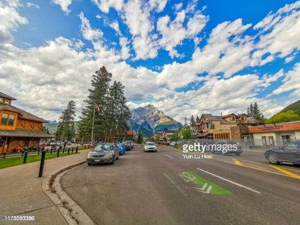banff downtown and cascade mountain, banff national park, canada - bow valley stock pictures, royalty-free photos & images